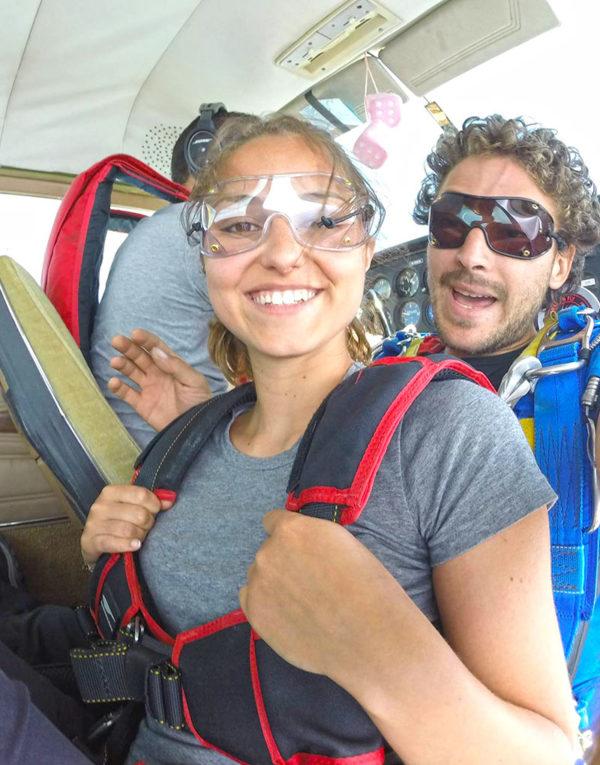 jeune-femme-montee-en-avion-avant-saut-en-parachute-pres-lyon