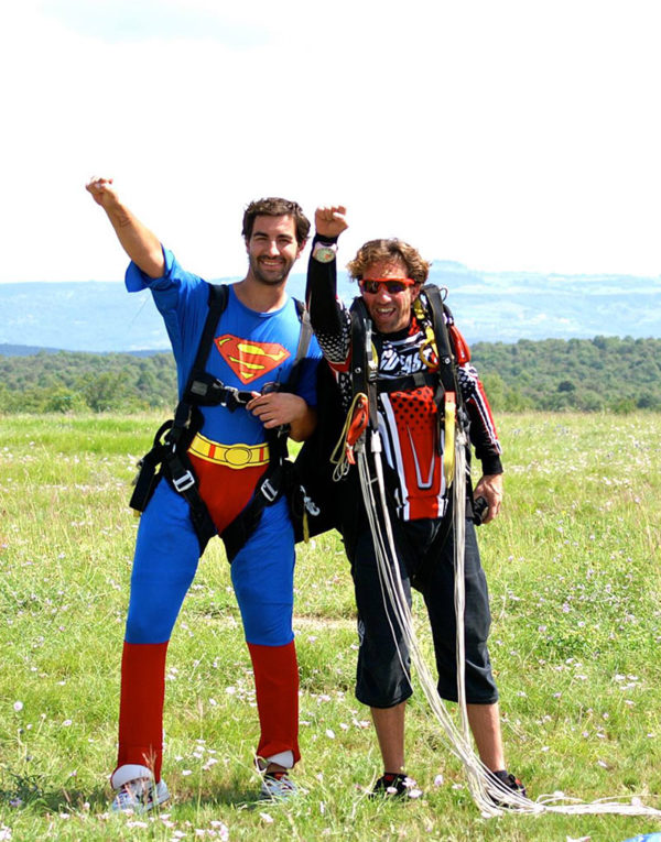 saut-en-parachute-deguise-en-superman-pour-evjh