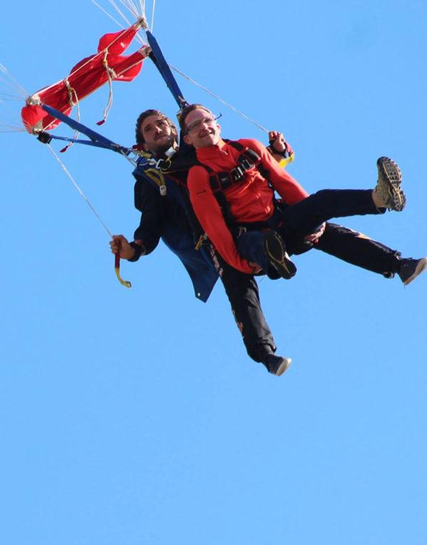 tandem-parachute-en-vol-sous-voile-avant-atterrissage-aerodrome-lanas-ardeche