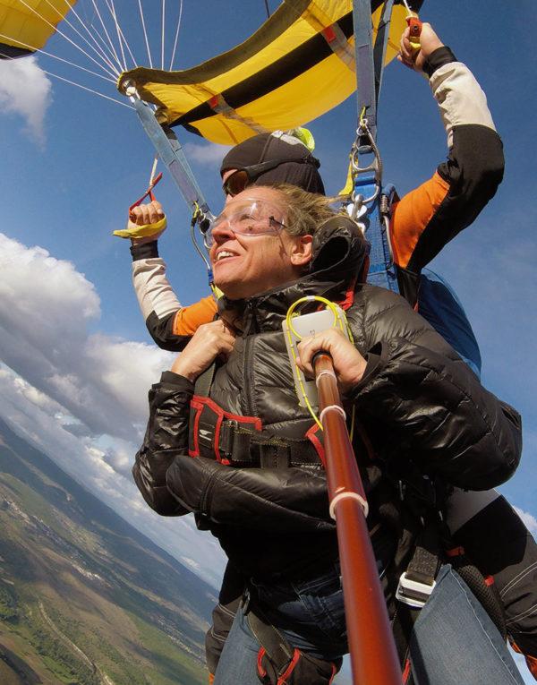 vol-sous-voile-de-parachute-dans-le-ciel-de-lyon
