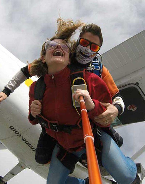 sortie-d-avion-dans-ciel-de-montelimar-pour-saut-en-parachute-et-chute-libre